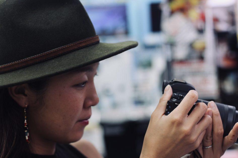カメラを見る女性