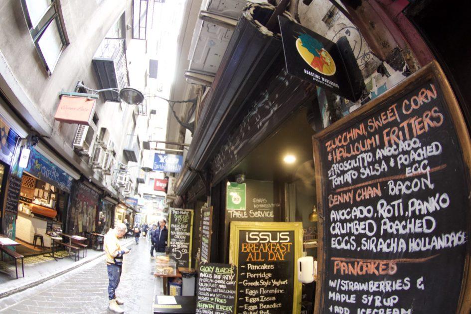 Cafe Issus路地にあるカフェ